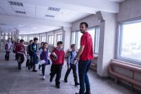 Детей ведут в аудиторию