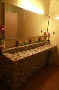 рукомойник в туалете перед столовой